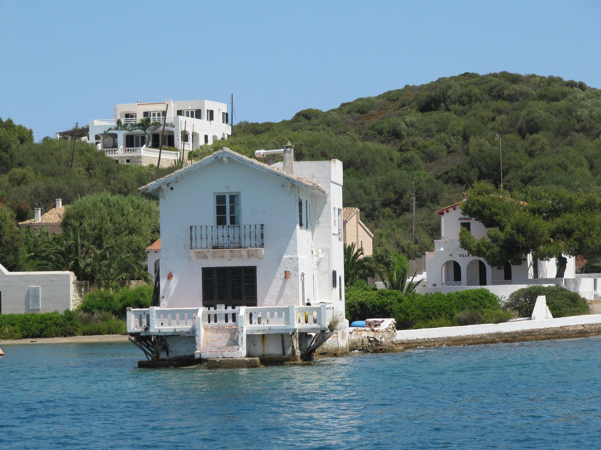 fachada blanca en el agua